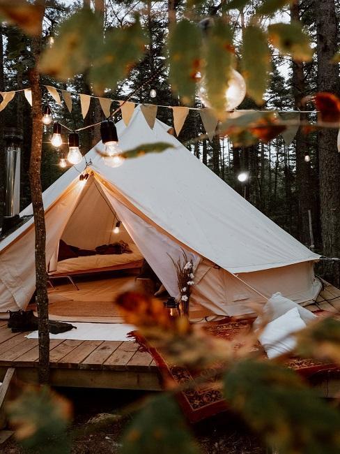 Namiot w stylu glam z drewnianym podestem