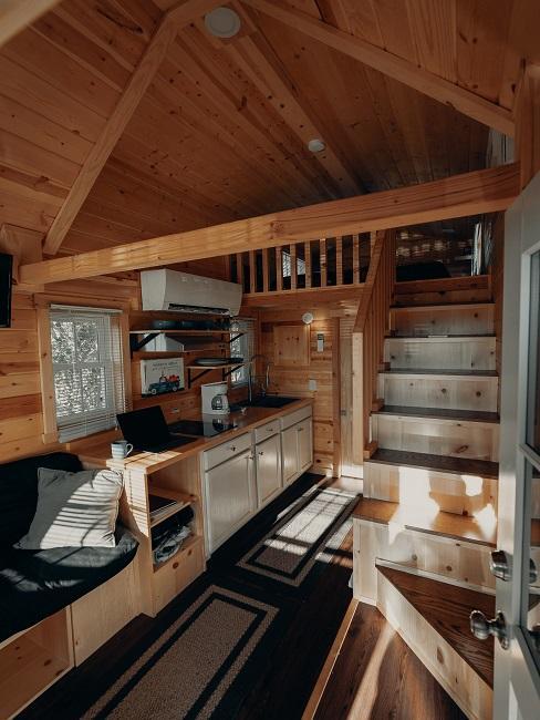 Wnętrze małego drewnianego domku