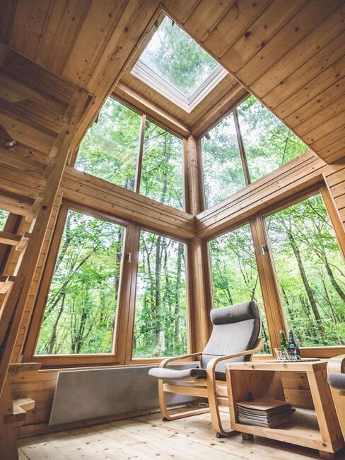 Wysoki sufit z dużymi oknami w tiny house
