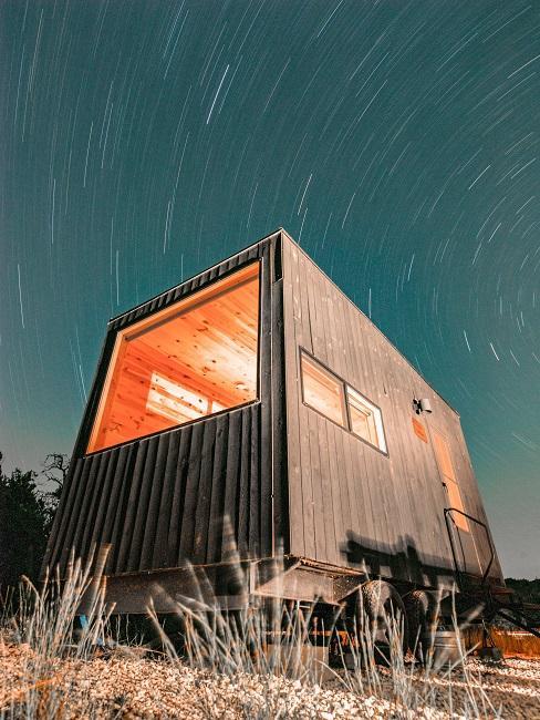 Tiny house na tle nieba pełnego gwiazd