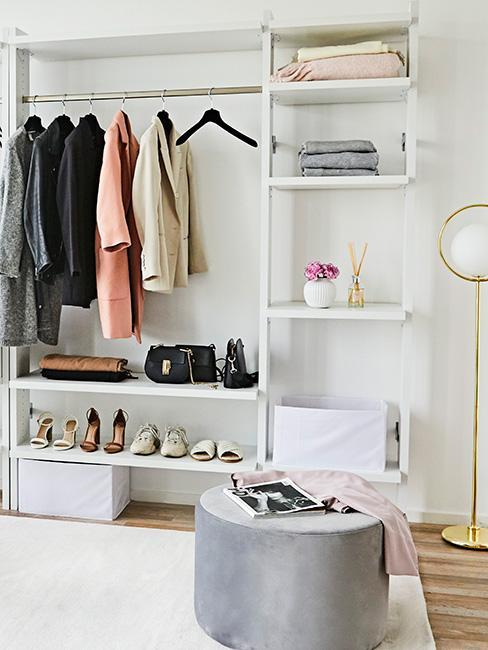 Garderoba z pufem i minimalizm w szafie