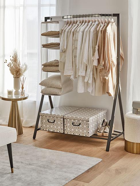 Jasna sypialnia i minimalizm w szafie