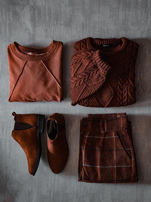 Złożone ubrania w kolorach terakoty, cegły