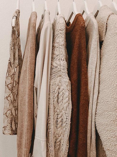 Minimalistyczna szafa w odcieniach beżowych i bordo