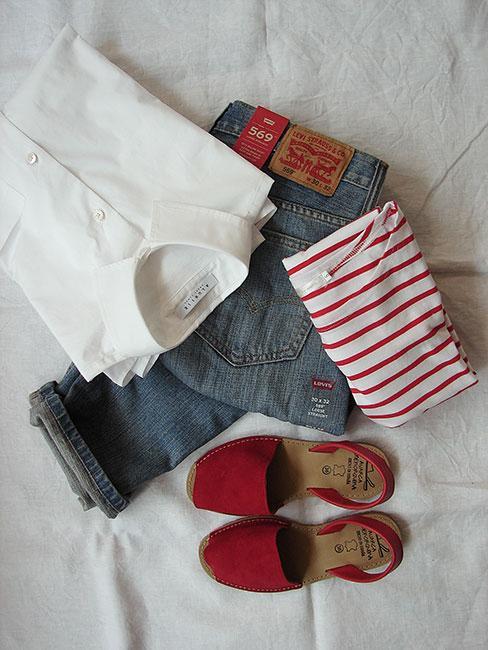 Stylizacja w kolorach bieli, jeansu i czerwieni