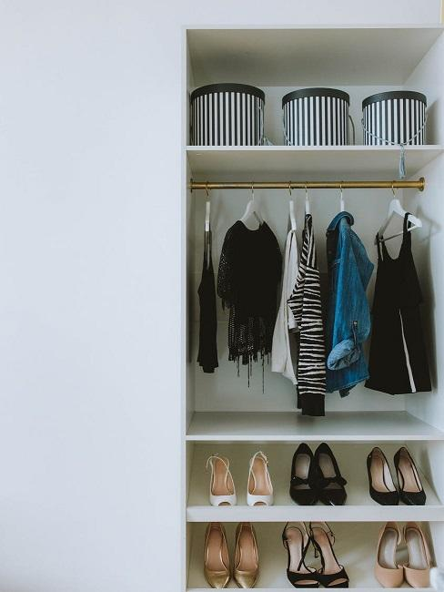 Ubrania poukładane w szafie