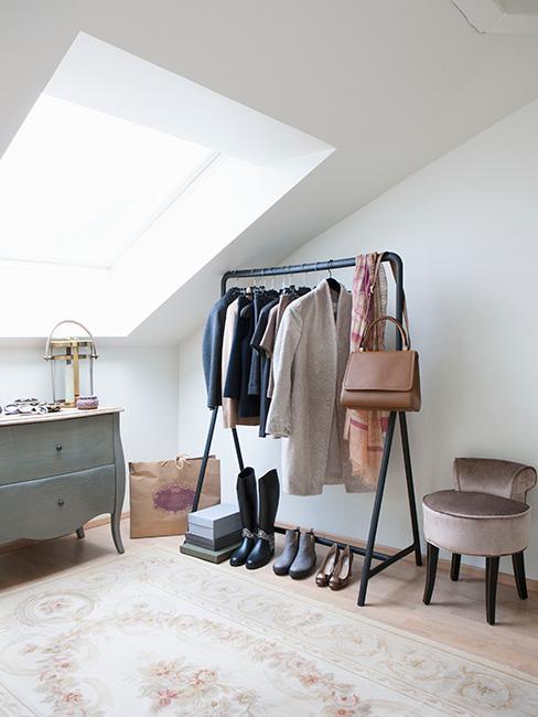 Garderoba w sypialni na poddaszu ze stojakiem na ubrania