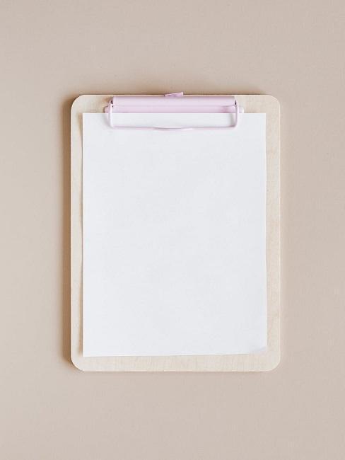 Biała lista na kremowym tle