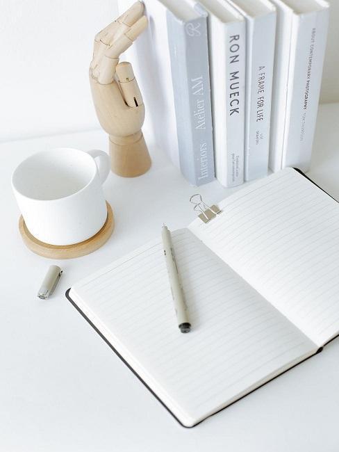 Biały zeszyt gotowy do pisania