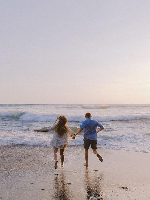 Mężczyzna i kobieta biegną trzymając się za ręce