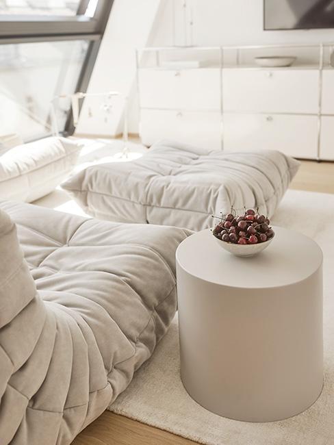 przytulna sofa modułowa w kolorze greige obok stolika w tym samym kolorze