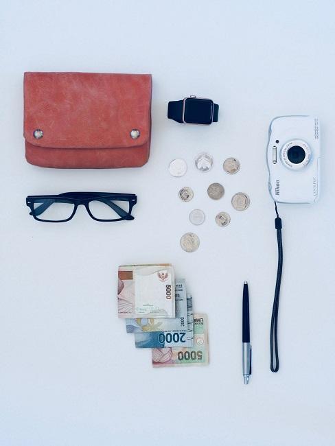 Rzeczy do spakowania na wyjazd: aparat fotograficzny, okulary, pieniądze