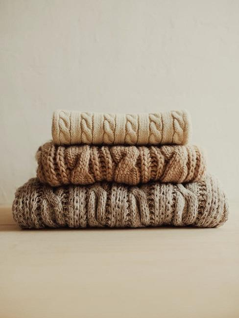 Beżowe swetry złożone w kostkę