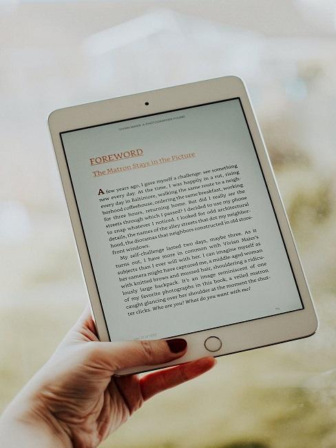 Kobieta trzymająca w ręku czytnik e-booków