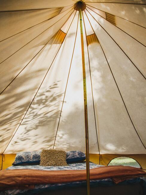 Wnętrze jasnego płóciennego namiotu