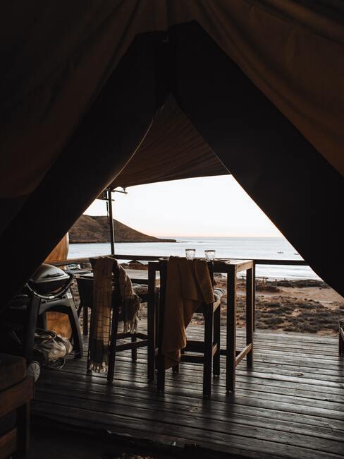 Namiot z drewnianym podestem