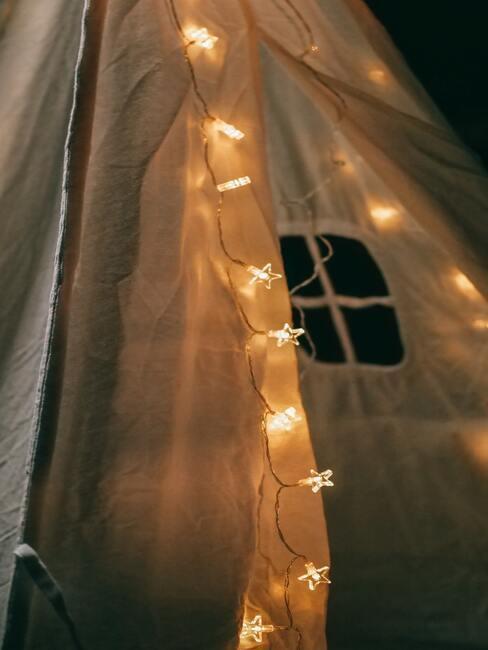 Otwarty i oświetlony namiot