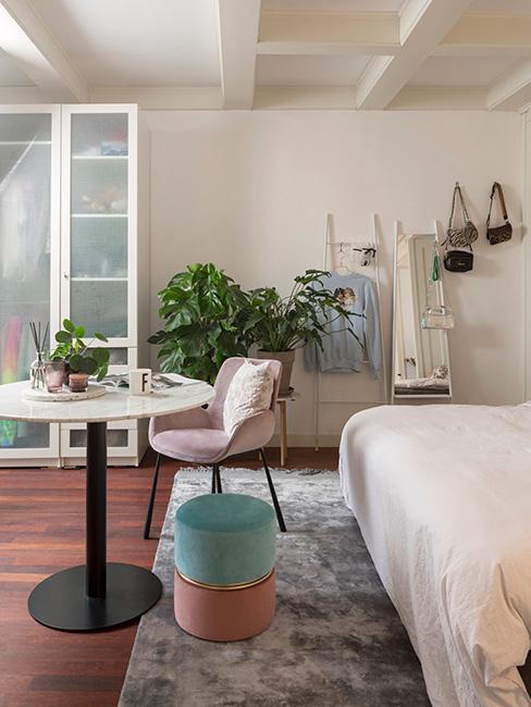 mała garderoba w sypialni w stylu eklektycznym