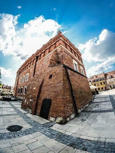 Rynek w Sandomierzu, pogodne niebo w tle