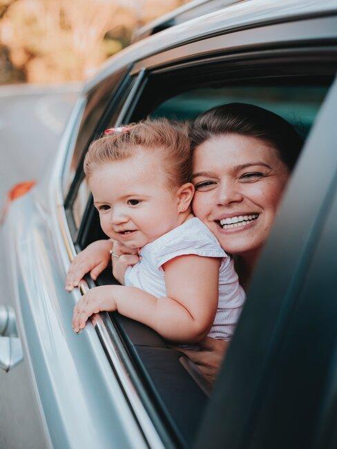 Matka z dzieckiem na tylnym siedzeniu samochodu