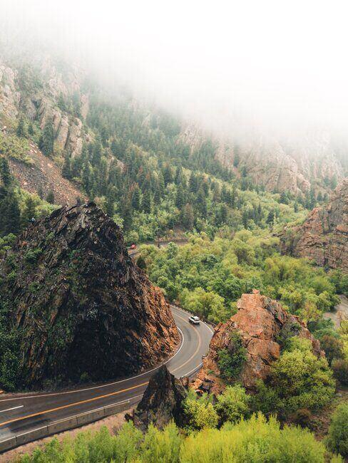Samochód jadący górską trasą
