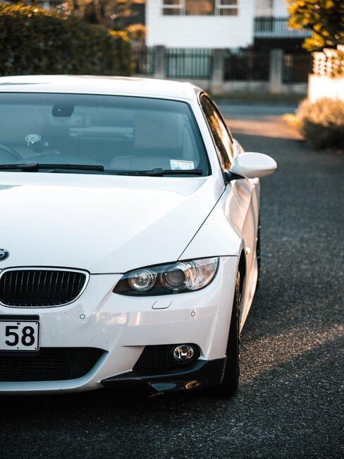Przód białego samochodu
