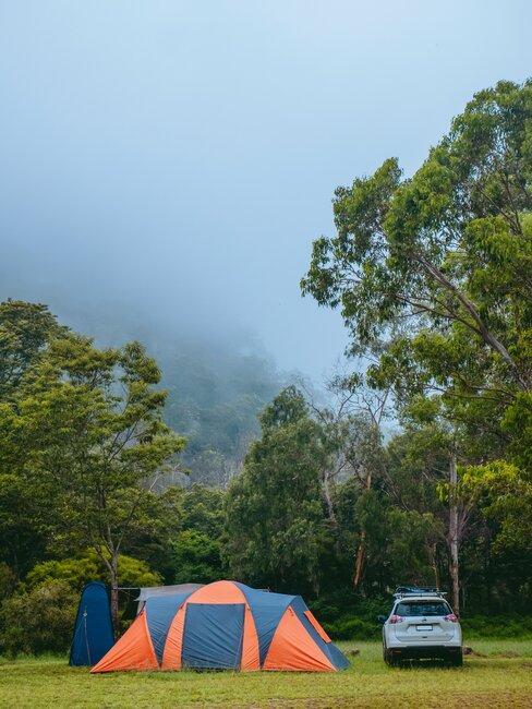 Widok na namiot i stojący obok samochód