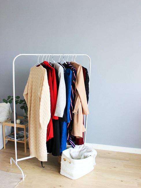 Ubrania wiszące na drążku