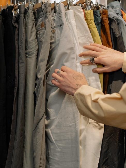 Spodnie wiszące na wieszakach