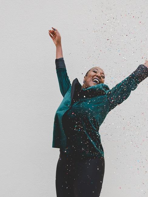 Kobieta tańcząca w konfetti