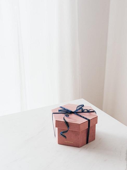 Mały różowy prezent na białym tle