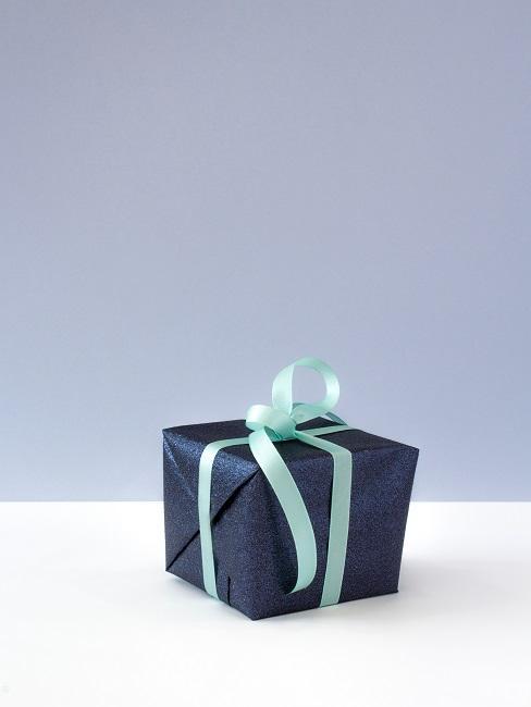 Granatowy prezent z błękitną wstążką