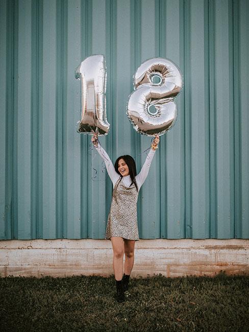 Dziewczyna świętująca 18 urodziny z balonami