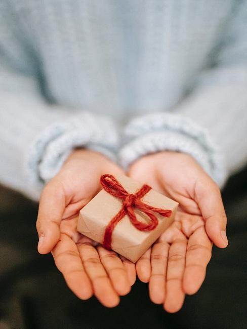 Mały prezent z czerwoną wstążką na 18 urodziny