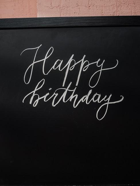 Napis kredą happy birthday