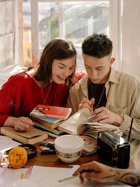 dwje nastolatków czytających książki
