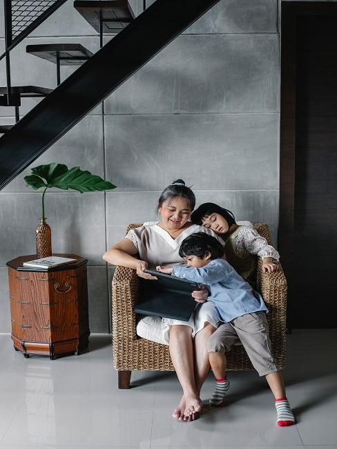 Dzieci z matką oglądające bajki