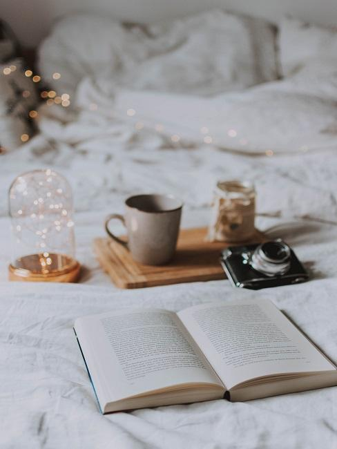 Książka leżąca na łóżku