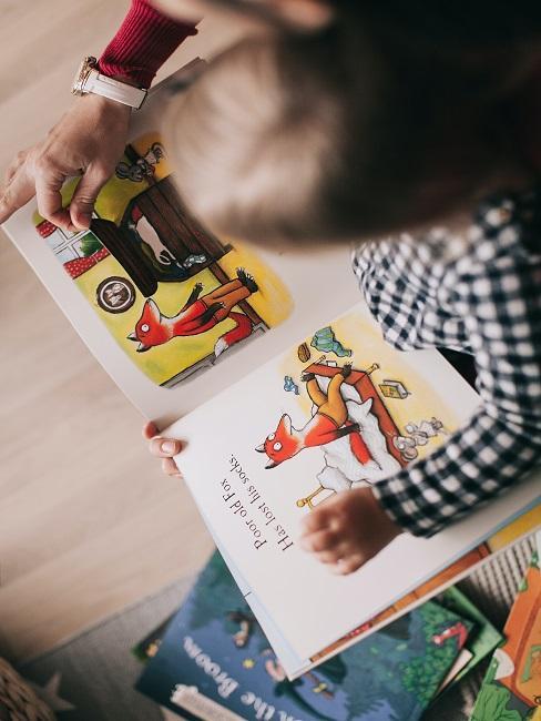 Dziecko przeglądające ilustracje w książce