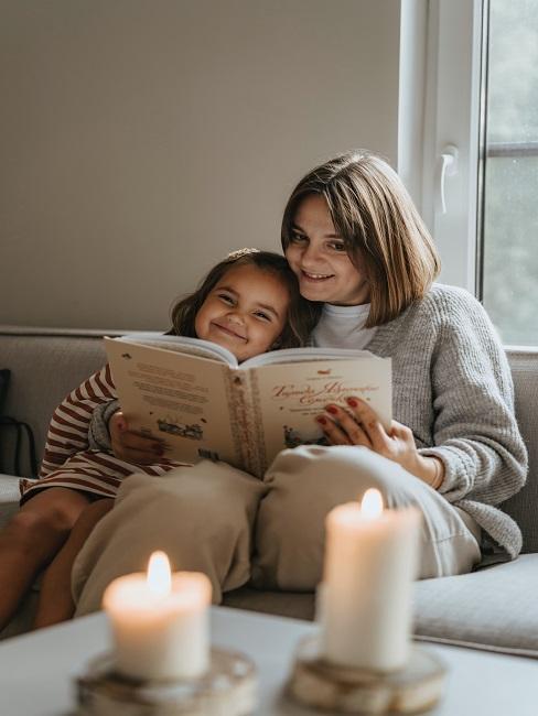 Mama czytająca córce książkę