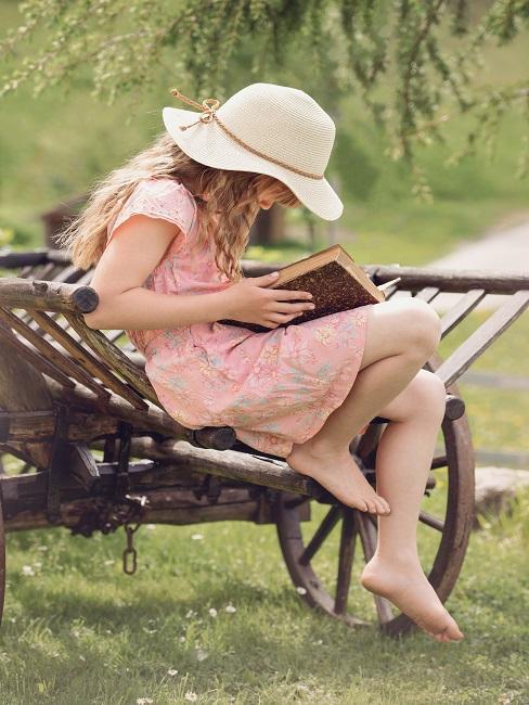 Nastolatka czytająca książkę w ogrodzie