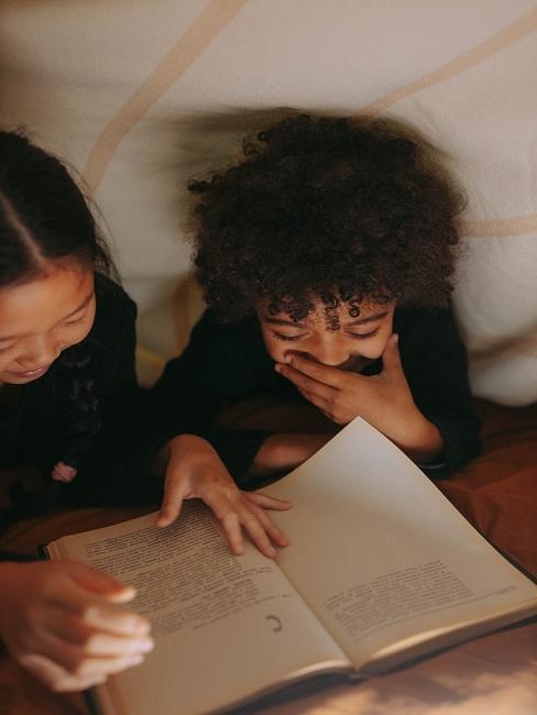 Dzieci przeglądające w namiocie najlepsze bajki