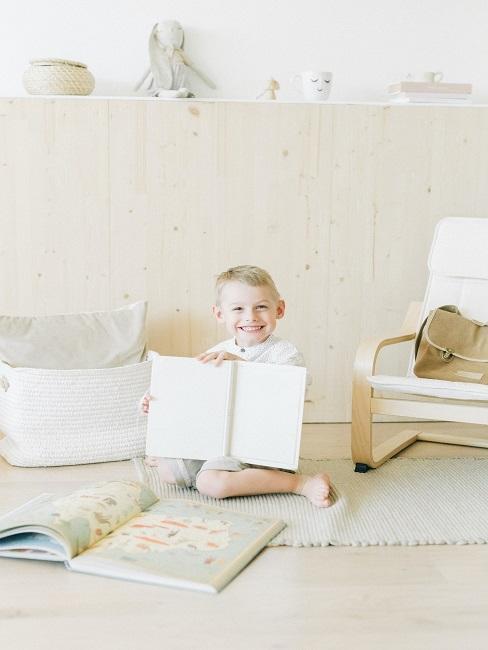 Chłopak w jasnym pomieszczeniu trzymający książkę