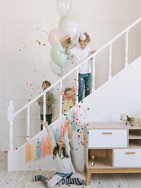 dzieci bawiące się balonami i confetti na urodzinach