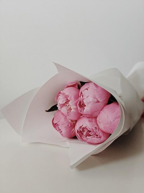 Bukiet różowych kwiatów do życzeń na ślub