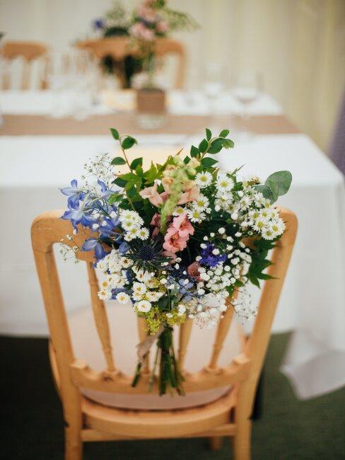 Krzesło ozdobione kwiatami