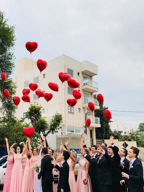 Goście puszczający balony w kształcie serca jako atrakcja na wesele