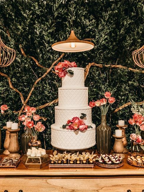 Tort oraz stół ze słodkościami jako atrakcja na wesele