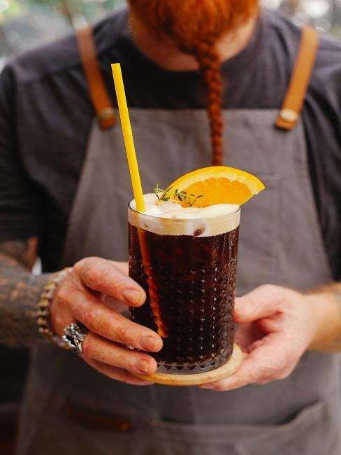 Barman trzymający drink jako atrakcja na wesele