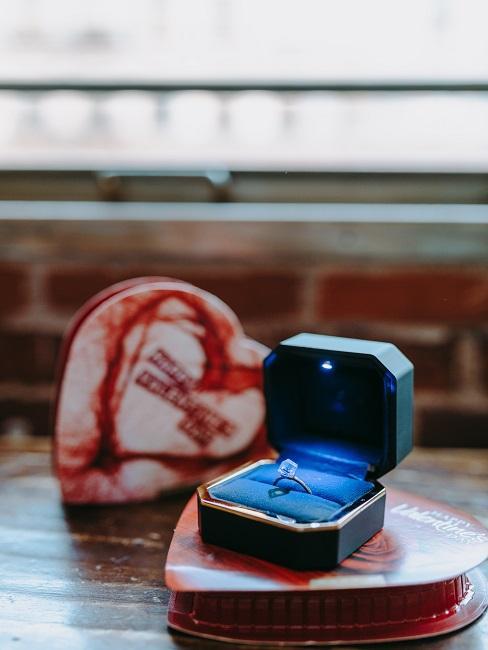 Pierścionek zaręczynowy na stole